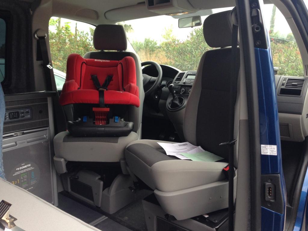 Volkswagen camperizada con asientos giratorios